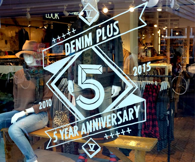Raamschildering kledingwinkel Denim Plus Bussum